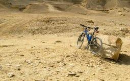 Le Caire, Egypte le 19 avril 2008 : Vélo de montagne bleu en Wadi Degla Desert Road en dehors du Caire Photographie stock