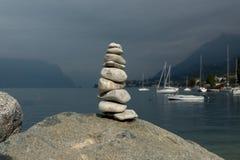 Le cairn en pierre sur la plage du lac Photos libres de droits
