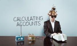 Le calcul rend compte texte avec l'homme d'affaires de vintage au bureau Images stock