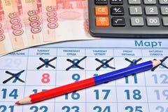 Le calcul sur la calculatrice coûte sur des cadeaux avant le 8 mars Photo libre de droits