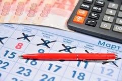 Le calcul sur la calculatrice et enregistrent le coût de cadeaux f Image stock