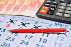 Le calcul sur la calculatrice et l'enregistrement parquent des vacances de coût Photographie stock libre de droits