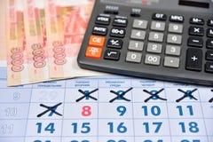 Le calcul sur une calculatrice le coût de cadeaux pour le 8 mars Photos stock