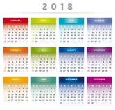 Le calendrier 2018 avec des boîtes en arc-en-ciel colore 4 colonnes - les anglais Images stock
