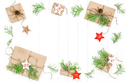 Le calendrier d'avènement a enveloppé la configuration d'appartement de décoration de Noël de cadeaux Image stock