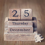 Le calendrier en bois de vieux vintage a placé sur les 25 de décembre Image libre de droits