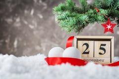 Le calendrier en bois a placé sur les 25 de décembre Image libre de droits