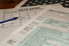 Le calendrier et forment la forme 1040 d'impôt sur le revenu pour 2017 jours de représentation d'impôts pour classer est le 17 av Photo libre de droits