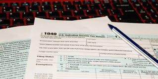 Le calendrier et forment la forme 1040 d'impôt sur le revenu pour 2017 jours de représentation d'impôts pour classer est le 17 av Photo stock
