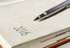 Le calendrier 2016 et le ruban d'organisateur de bureau de nouvelle année ballpen Image libre de droits