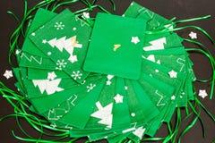 Le calendrier fait main d'avènement de Noël pour des enfants, avènement rouge a numéroté des sacs prêts à être rempli de jouets photo stock