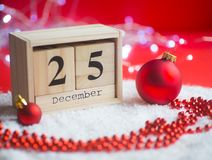 Le calendrier perpétuel en bois a placé sur 25 de décembre avec Noël d Images libres de droits