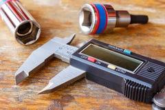 Le calibre électronique avec des clés se dirige sur une table en bois dans l'atelier photo libre de droits