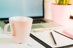 Le calibre de disposition, ordinateur portable, bureau avec un comprimé, un smartp image stock