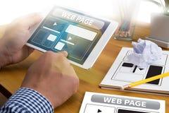 Le calibre de web design et le plan rapproché de page Web ont tiré de l'ordinateur portable avec des Di Image stock