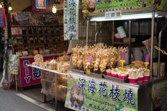 Le calmar de mer profonde a fait frire sur la rue de marche de Danshui Image stock