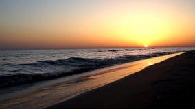 Le calme lent satisfaisant ondule se briser sur le littoral de bord de mer de plage de sable dans le paysage marin orange de couc banque de vidéos