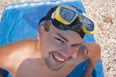 Homme dans des yeux bleus de masque de natation photo stock