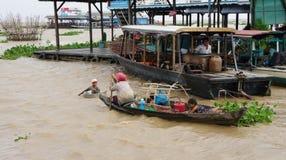 Le Cambodge. Les durées des gens sur l'eau. photo libre de droits