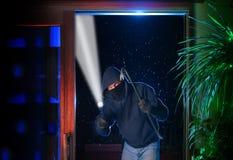 Le cambrioleur de nuit a juste pénétré par effraction dans une maison Photo libre de droits