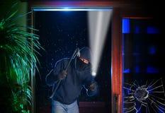 Le cambrioleur de nuit pénètre par effraction dans une maison Image libre de droits
