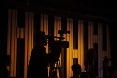 Le cameraman travaille dans le studio pendant le tir images stock