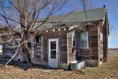 Le Camere abbandonate dell'azienda agricola in Sud Dakota rurale si decompongono lentamente immagini stock