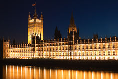 Le Camere del Parlamento iluminated alla notte Immagini Stock