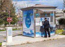 Le Camere dell'acqua consegnano l'acqua, l'alambicco o scintillare pubblico di qualità, raffreddati o alla temperatura ambiente Fotografia Stock