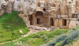 Le camere ed i punti scolpiti incidono la roccia nella tomba dell'area di re dei paphos Cipro immagine stock libera da diritti