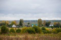 Le Camere possono essere vedute nella distanza Autunno nuvoloso in Russia fotografia stock