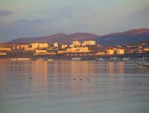 Le Camere si sono accese dal tramonto con le riflessioni nell'acqua fotografia stock libera da diritti
