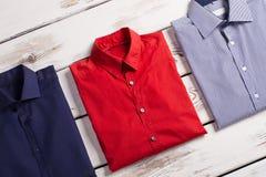Le camice degli uomini moderni di affari con differenti colori Fotografia Stock