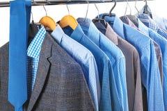 Le camice degli uomini sui ganci Fotografia Stock