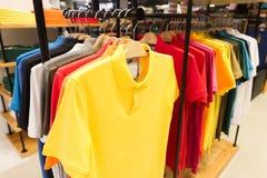 Le camice di polo del ` s degli uomini da vendere su modo dei ganci memorizzano lo stile Fotografia Stock Libera da Diritti