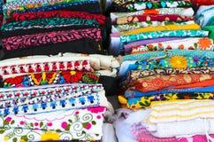 Le camice messicane variopinte delle donne autentiche piegate Fotografie Stock Libere da Diritti