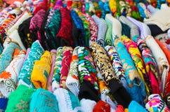 Le camice messicane variopinte delle donne autentiche piegate da vendere al Immagine Stock