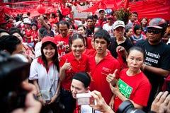 Le camice rosse protestano a Bangkok immagine stock