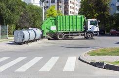 Le camion à ordures avec réutilisent la poubelle Photo libre de droits