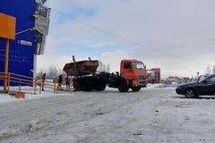 Le camion à ordures charge le corps du conteneur sur la plate-forme photos libres de droits
