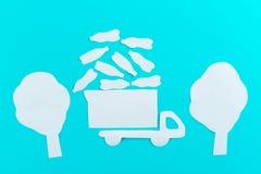 le camion à ordures laisse des déchets photographie stock libre de droits