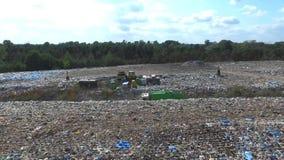 Le camion à ordures va entre le dessus des déchets, vue aérienne banque de vidéos