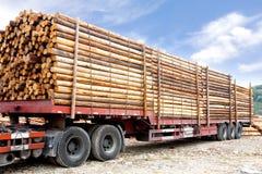 Le camion a chargé avec les faisceaux en bois Images libres de droits
