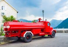 Le camion-citerne aspirateur rouge Photos libres de droits