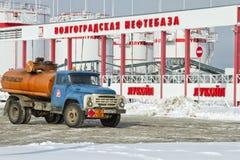Le camion-citerne aspirateur soviétique ZIL se tient parmi des fermes de réservoir. Photographie stock libre de droits