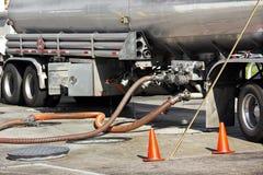 Le camion-citerne d'essence dépose l'essence Photographie stock