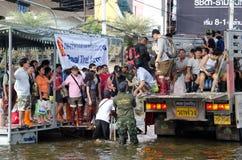 Le camion conduit beaucoup de gens à évacuer photo stock