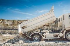 Le camion décharge les déchets Extraction dans la carrière Photos stock