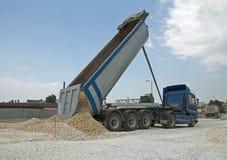 Le camion déchargent des roches images stock