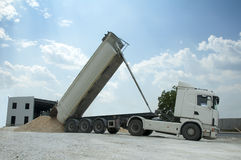 Le camion déchargent des roches photo libre de droits